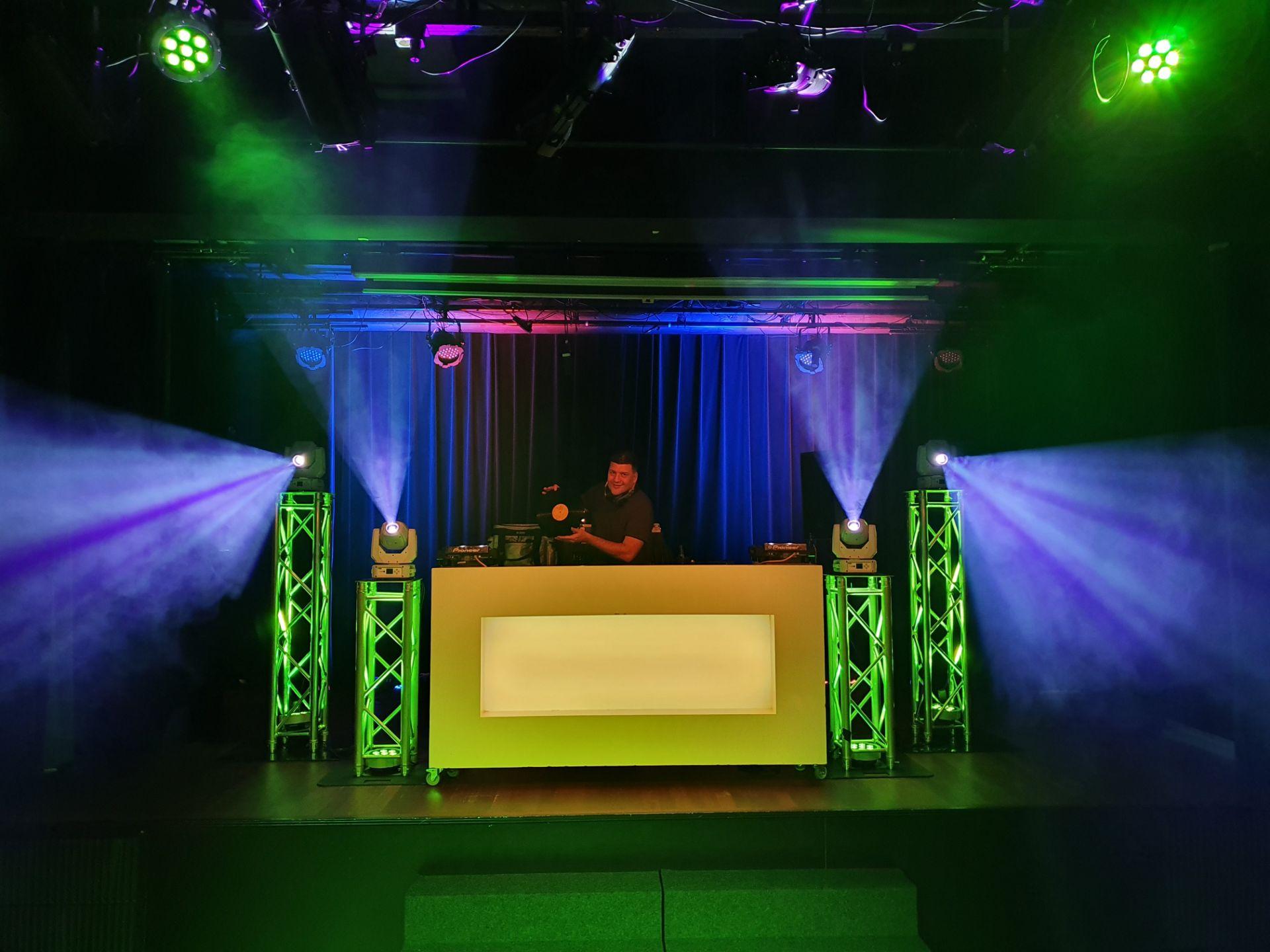 DJ boeken met licht en geluid huren